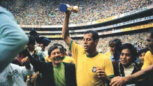 Hậu vệ Carlos Alberto Torres